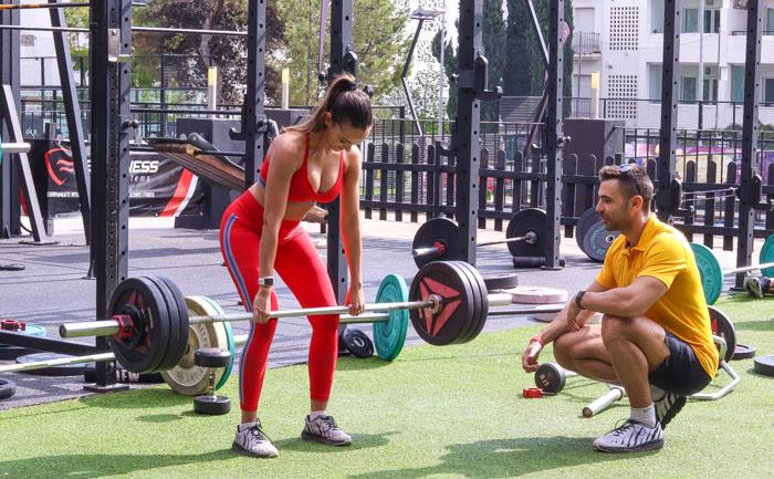 Entrenador entrenando a chica fitness